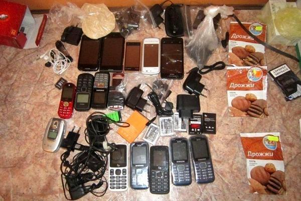 Парень перебросил натерриторию колонии 4 телефона