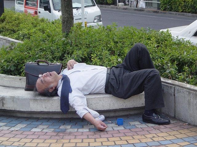 Пьяная спит на улице