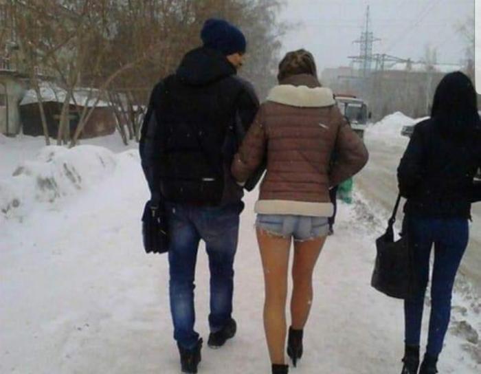 na-ulitsah-goroda-v-odnih-chulkah-foto-nezhnoe-svidanie-lesbiyanok