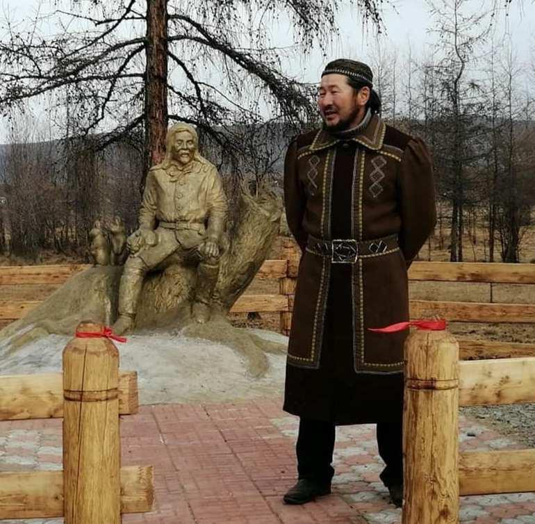 Якутский самородок сотворил уникальный памятник и подарил его родному селу