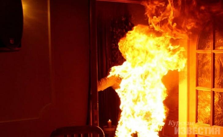 Житель Якутии облил гостю бензином и поджег