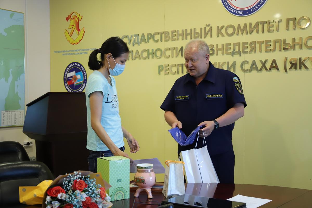 В Якутске наградили девушек, спасших утопающего мужчину